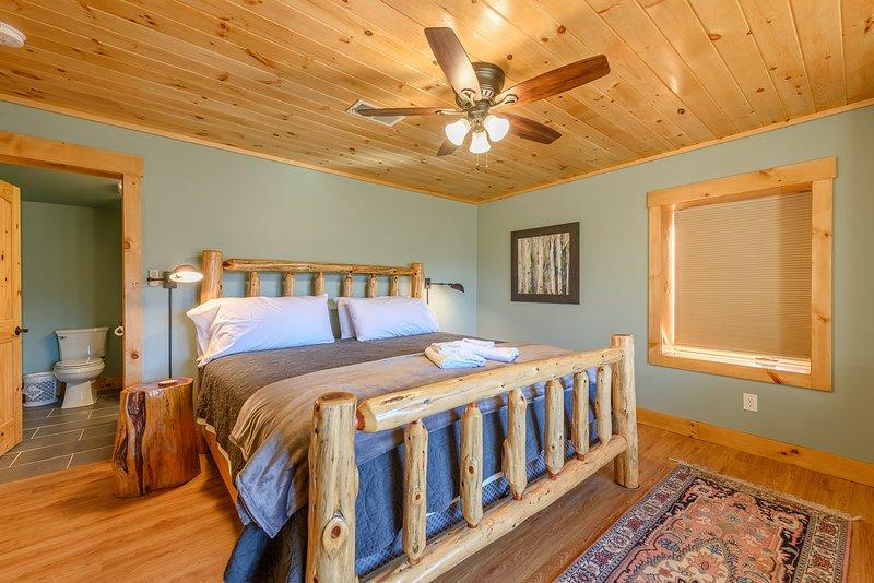 Downstairs King Suite mit eigenem Badezimmer