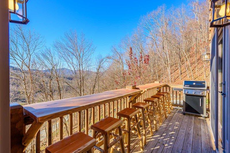 Deck mit Live-Edge-Bar im Freien, Sitzgelegenheiten für 8 und Gasgrill