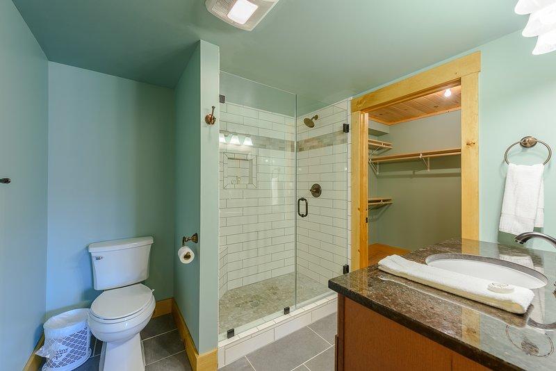 Vollständiges Badezimmer im Erdgeschoss mit Granit-Waschtisch und Fliesen-Dusche