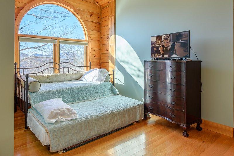 Im Obergeschoss zweite Königin Schlafzimmer mit Twin Bed und Twin Trundle Bed