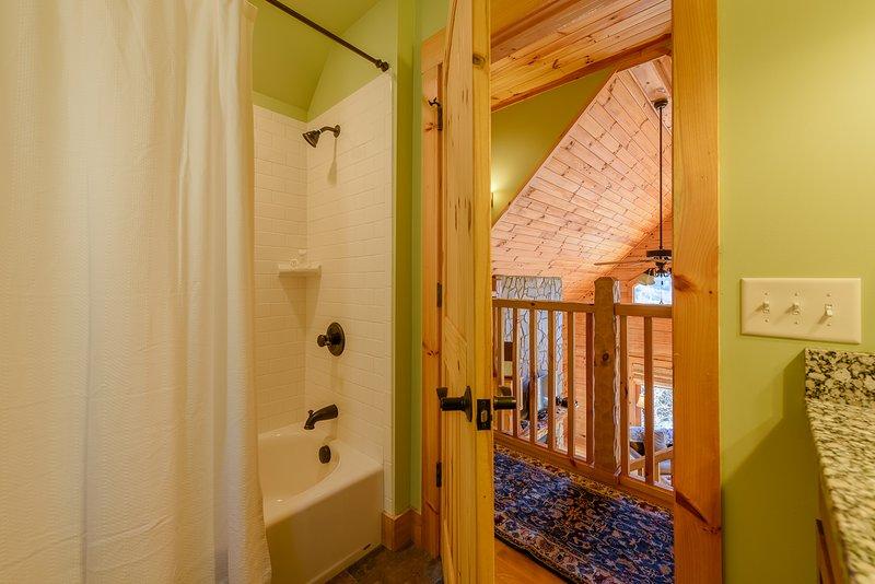 Im Obergeschoss Flur Volles Badezimmer