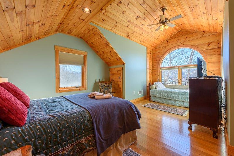 Im Obergeschoss zweite Königin Schlafzimmer mit Twin Day Bed und Twin Trundle Bed