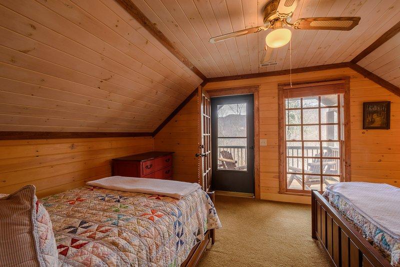 Schlafzimmer im Obergeschoss mit Covered Juliette Deck