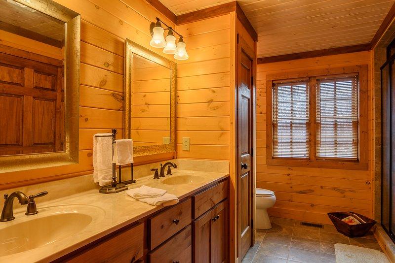 Master-Badezimmer mit Doppelwaschtisch