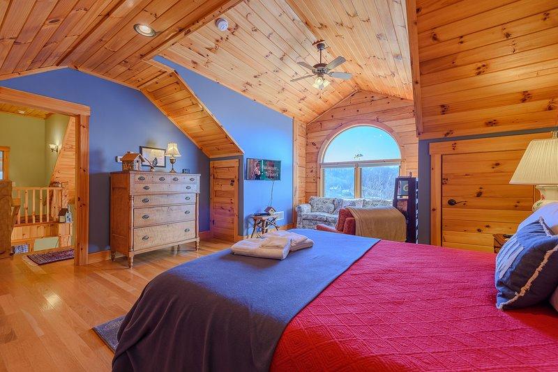 Im Obergeschoss erste Königin Schlafzimmer mit Gewölbe T & G Decken und Ansichten