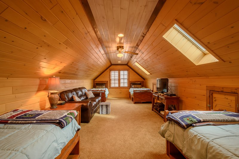 Schlafzimmer im Obergeschoss mit vier Zwillingen