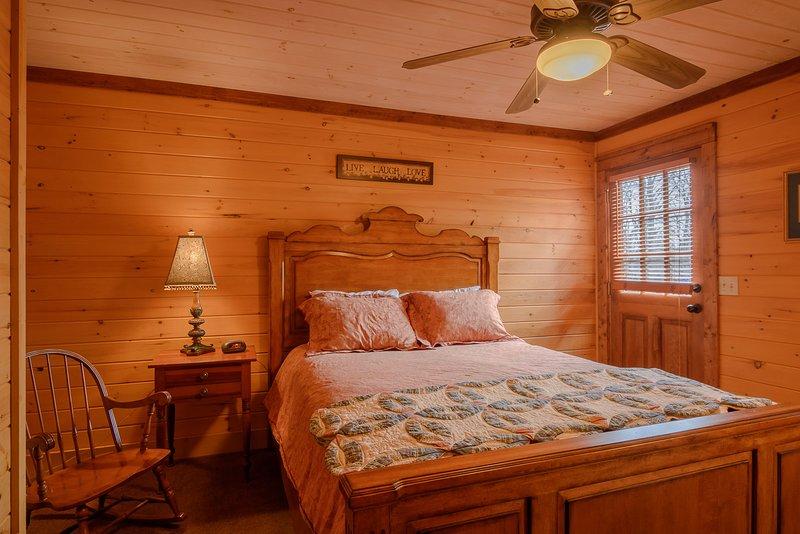 Queen Schlafzimmer mit Außentür zum hinteren Deck