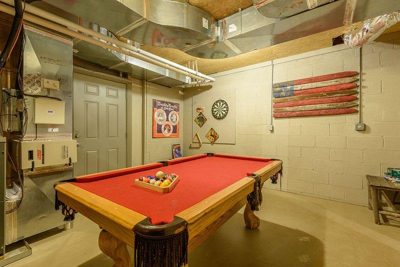 Mesa de billar en la sala de juegos del sótano