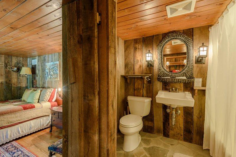 Dormitorio de nivel inferior con baño privado
