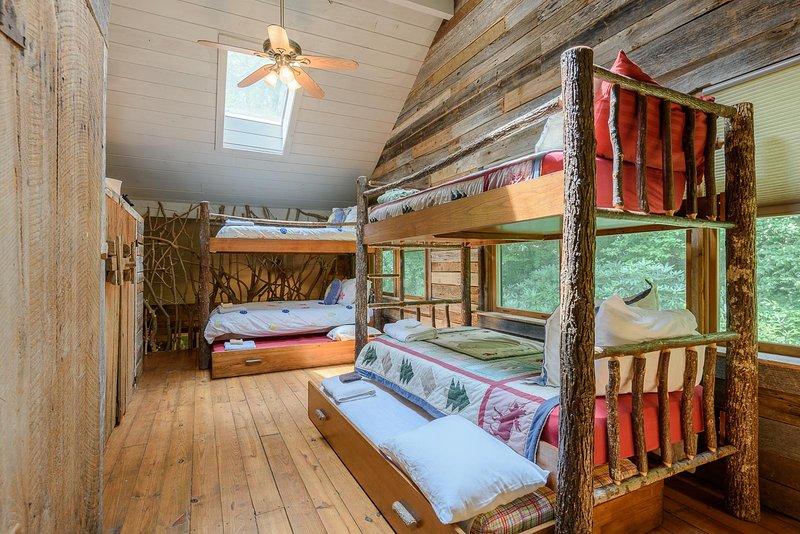 Dormitorio Loft con literas dobles, 2 camas nido, una cama completa para hasta 8