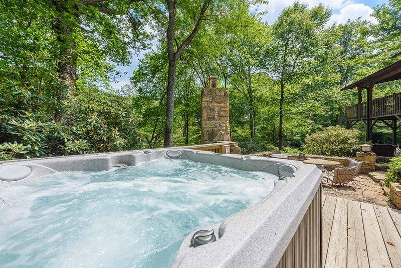 Bañera de hidromasaje en entorno boscoso privado en Stone`s Throw