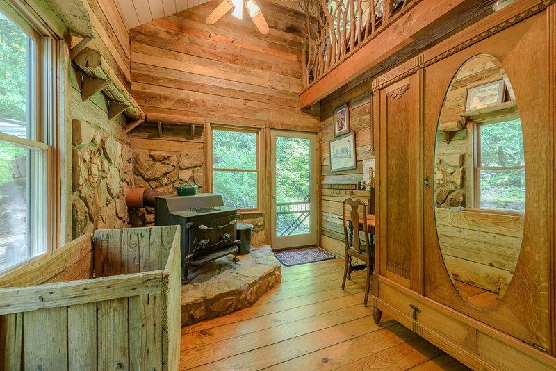 Entrada de la sala de barro al costado de la casa con una gran estufa de leña, altillo arriba