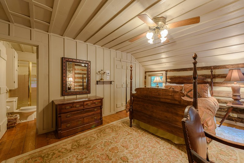 Una de las dos habitaciones de arriba con baño compartido entre