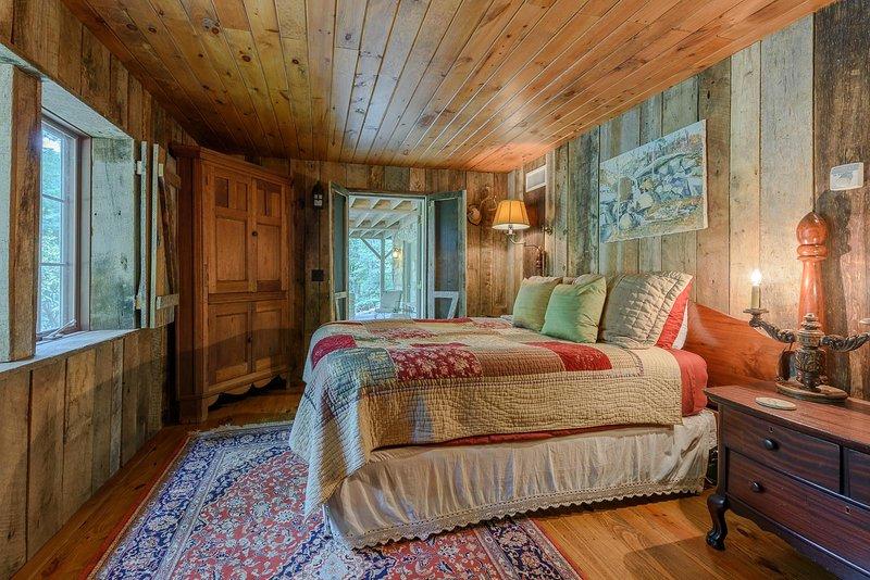 Dormitorio de nivel inferior se abre al patio, acceso a espacio de vida al aire libre