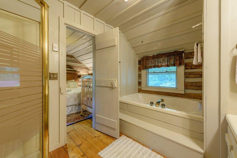 Baño compartido con bañera de hidromasaje grande, tocador doble y ducha adicional
