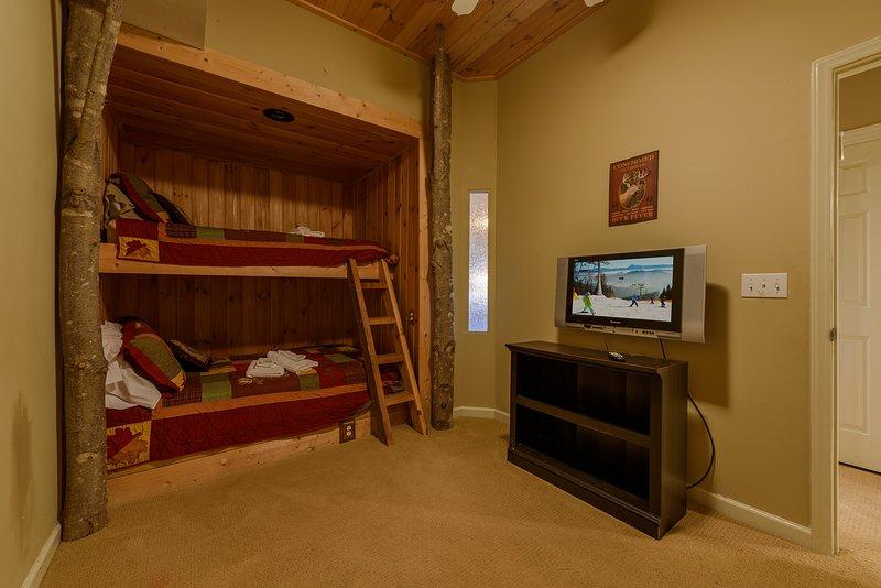 Al piano inferiore camera da letto con letti a castello