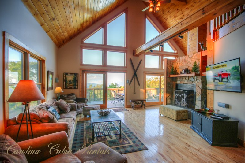 Pinecone Manor Living Room con parete di Windows