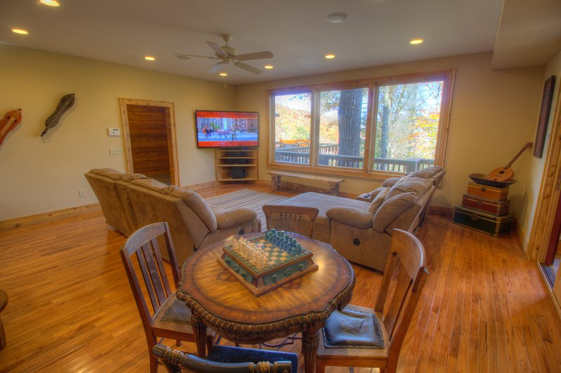 North View Lodge Huge HDTV and Gaming Table in Family Room