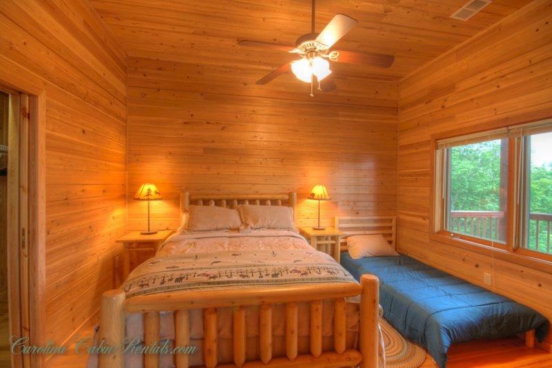 Montaña Top Lodge Segundo dormitorio de nivel inferior con dos camas.