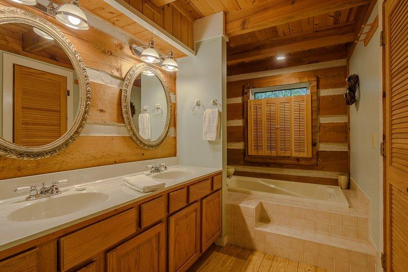 Banho mestre com banheira de hidromassagem grande