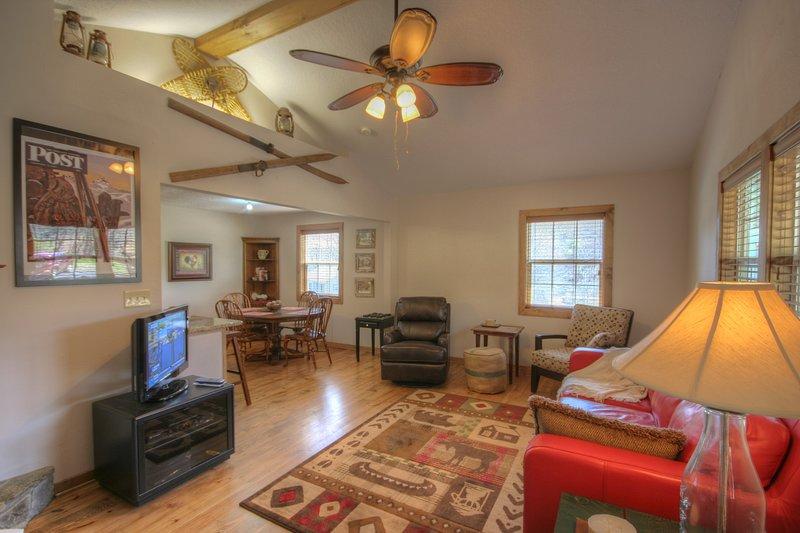 Haynes Heaven Cosy, Cool living con TV de pantalla plana y muebles de felpa.