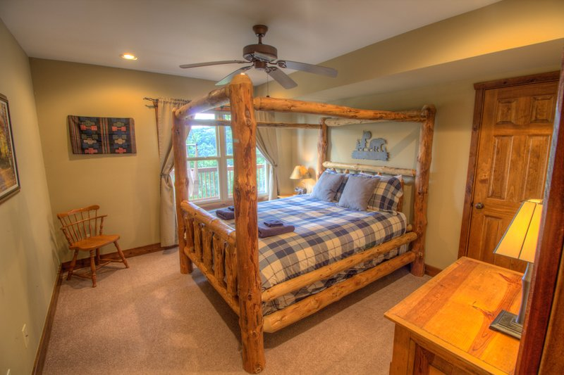 Dormitorio principal del nivel inferior del Retiro Deerwood