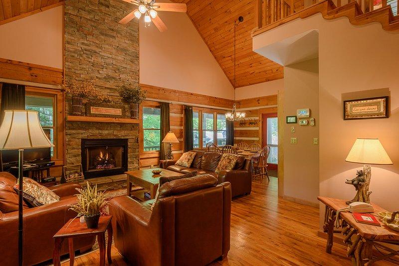 Boulder Falls Retreat luxuoso sala de estar com móveis de couro