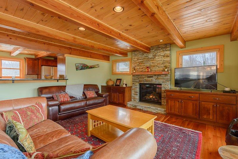 Camelot Lodge Living Area mit Gaskamin, TV, Ledersofas
