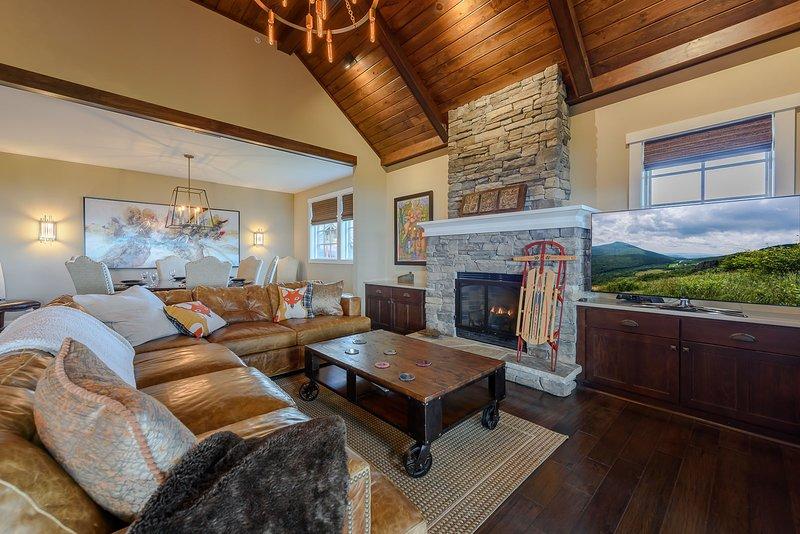 Wohnzimmer mit HD-Smart-TV und Gas-Kamin