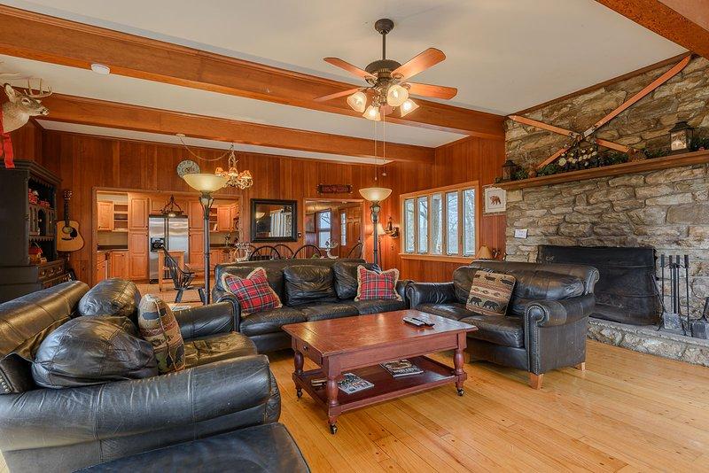 Sala de estar del coronel Weber's Living con chimenea de leña