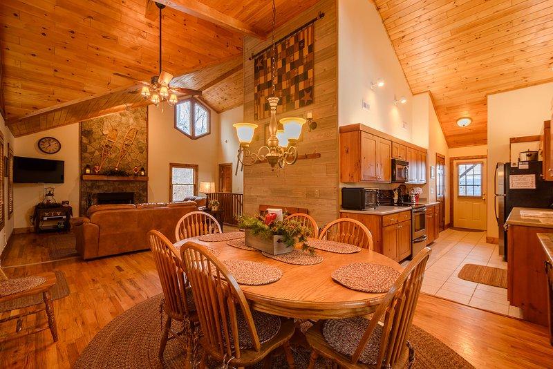 Appalachian Breeze Dining Area abierto a cocina y sala de estar