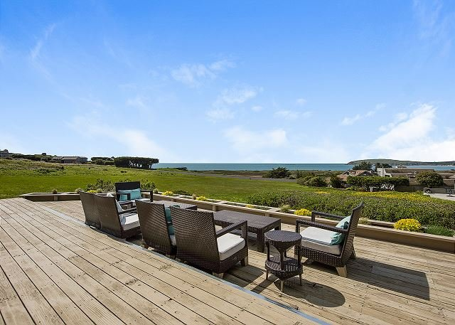 Sweeping Ocean-View Home w/ Private Hot Tub & Decks – Walk to Beach, alquiler de vacaciones en Bodega Bay