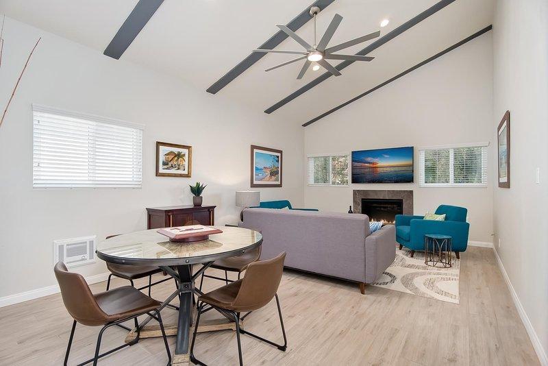 Wohnzimmer mit Spieltisch und Schlafsofa