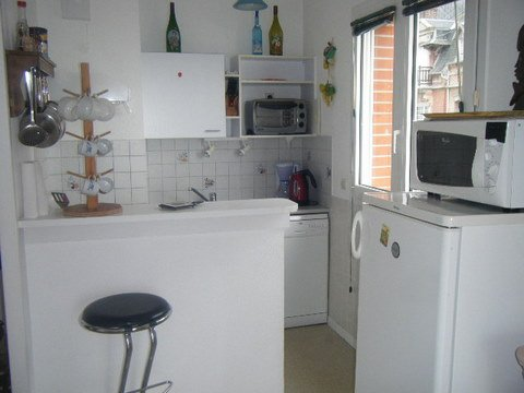 The kitchenette with dining area bar