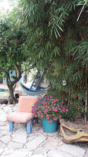 rincón tranquilo para relajarse en el jardín