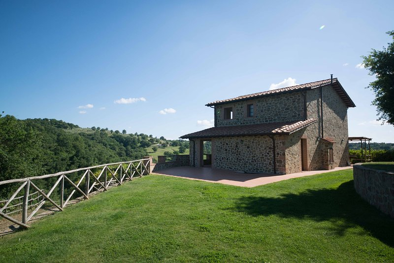 Wonderful holiday home with a view in Scansano, Tuscany, Ferienwohnung in Montorgiali
