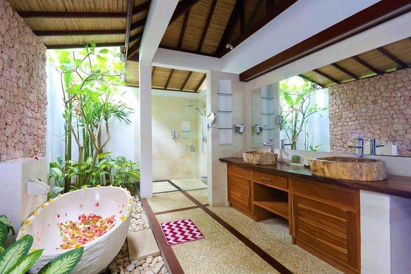Shower and bathtub, full of light