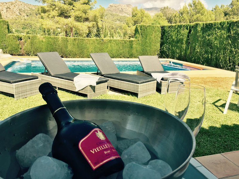 Wine & Dine at the side of the pool