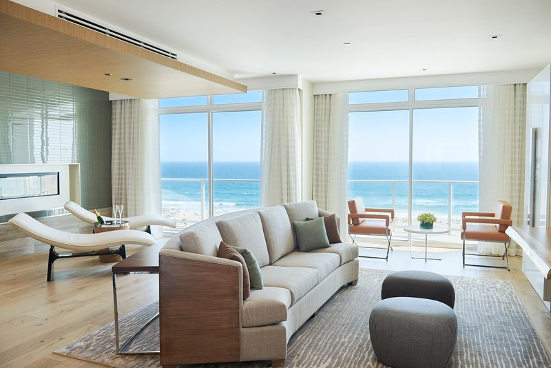 The deluxe penthouse is the perfect place to spend a relaxing vacation by the ocean, featuring a kit