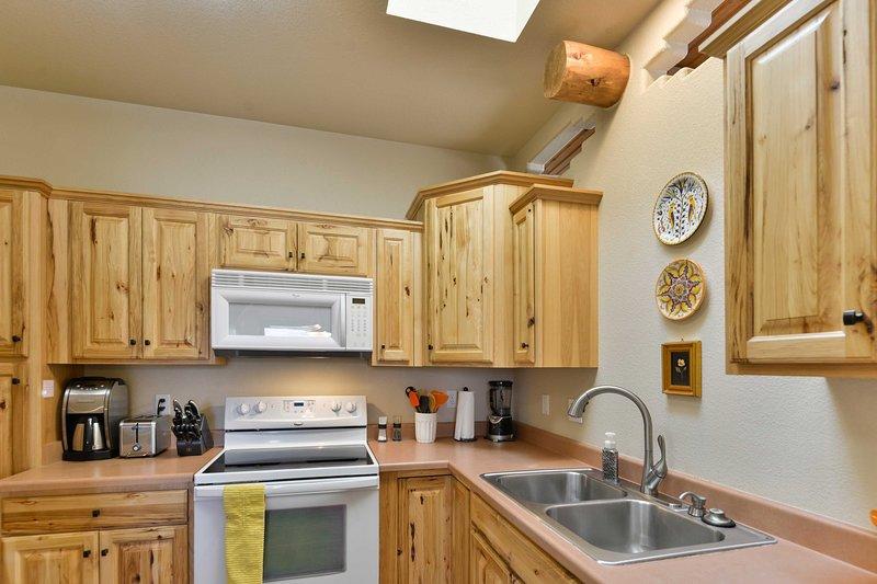 La cuisine est entièrement équipée avec tous les ustensiles nécessaires.