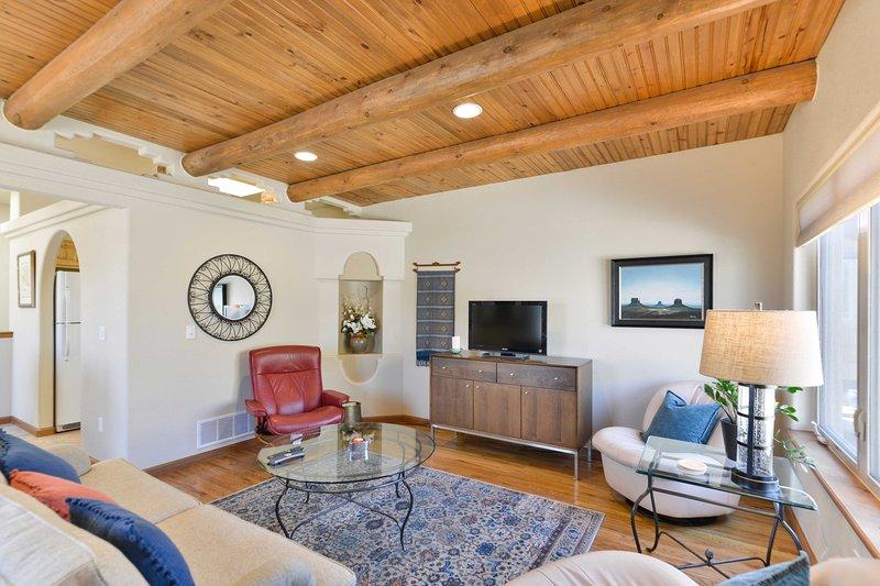 Stuc, plafonds en bois et post poutre, plancher de bois franc et tuiles mettre en évidence l'espace.