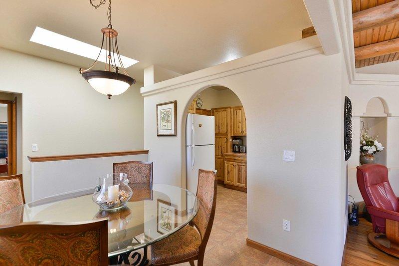 sauter facilement de la table à la cuisine à travers la porte d'entrée arrondie.