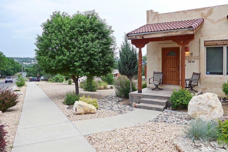 La maison est bien construite, influencée par l'architecture Santa Fe.