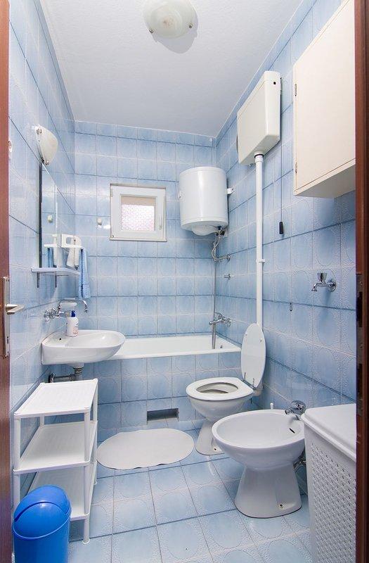 A2 (6 + 2): baño con inodoro.