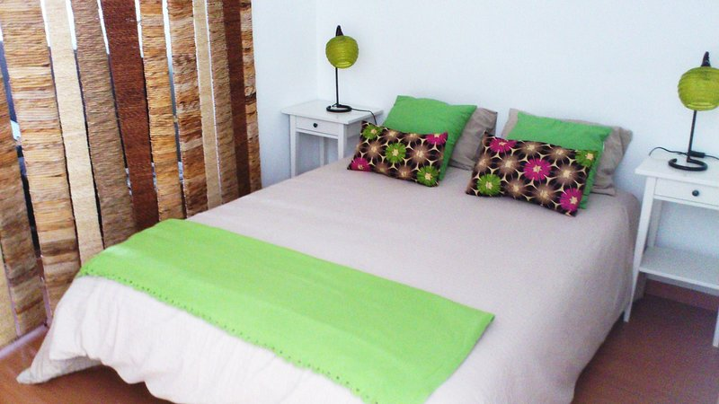 Belém Low Cost Studio/ Clean & central/ WiFi/ Free & easy parking area/, holiday rental in Belem