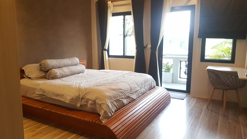 Near Royal Palace - Garden View Apartment w Rooftop & Jacuzzi, aluguéis de temporada em Phnom Penh