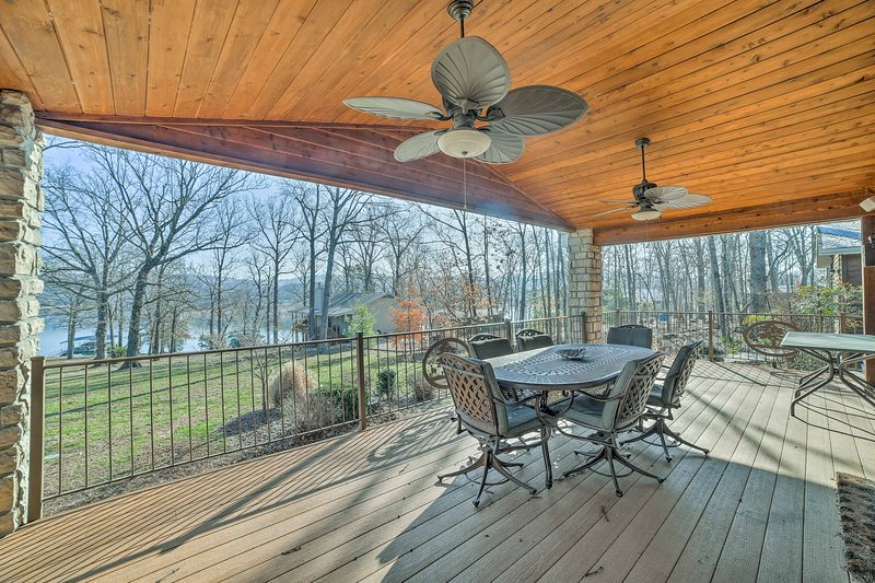Home w/2 Decks & Fire Pit-Steps to Table Rock Lake, holiday rental in Lampe