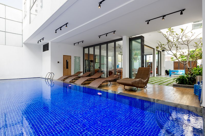 The Stunning and Luxurious Villa close to My Khe Beach, aluguéis de temporada em Da Nang