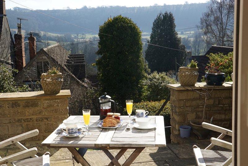 Al fresco ontbijt op het terras, met uitzicht op het dorp beneden.