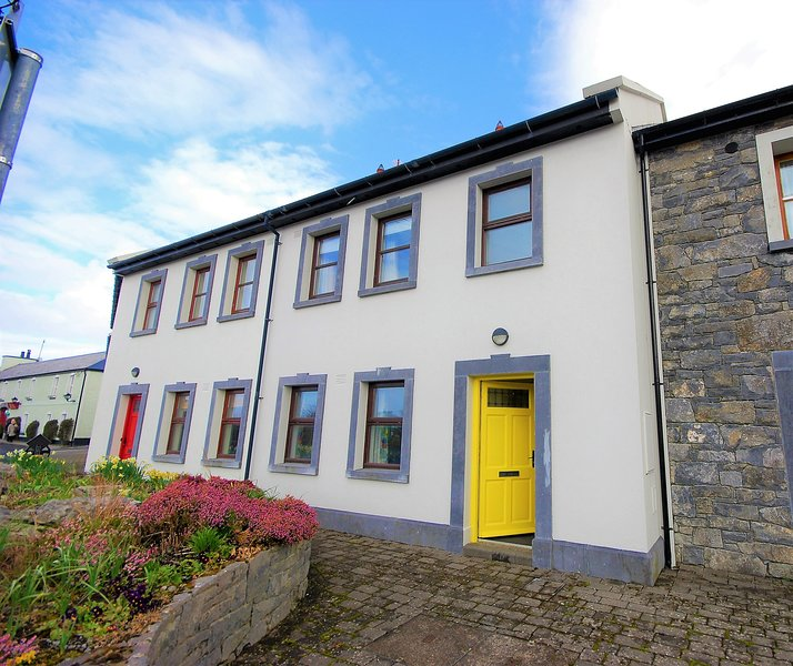 The Yellow Door, Ballyvaughan - 3 bedroom Townhouse in the heart of the Burren, location de vacances à Ballyvaughan